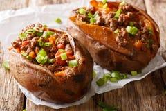 Domowej roboty piec batat faszerujący z wołowiny mięsem i zieleni oni Obrazy Royalty Free