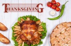 Domowej roboty piec cały indyk na drewnianym stole Dziękczynienia świętowania położenia jedzenia Tradycyjny Obiadowy pojęcie obrazy stock