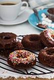 Domowej roboty piec czekoladowi donuts Zdjęcia Royalty Free