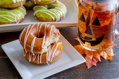 Domowej roboty Piec Dyniowi Donuts z glazerunkiem zdjęcie stock
