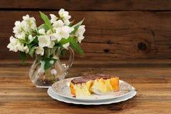Domowej roboty piec pudding z chololate jaśminem i lodowaceniem kwitnie Zdjęcia Royalty Free