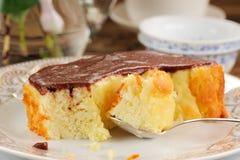 Domowej roboty piec pudding z chololate lodowaceniem, jsilver łyżką i t, Zdjęcie Royalty Free