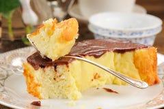 Domowej roboty piec pudding z chololate lodowaceniem, jsilver łyżką i t, Zdjęcia Stock