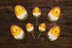 Domowej roboty piernikowi ciastka jako nowonarodzeni kurczaki fotografia stock