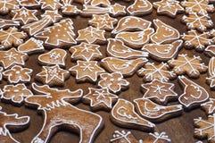 Domowej roboty piernikowi ciastka w różnych kształtach Obrazy Royalty Free