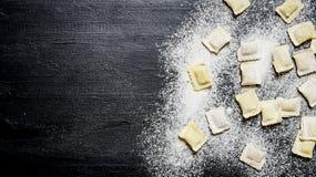 Domowej roboty pierożek z mąką Na czerń stole z mąką Zdjęcie Stock