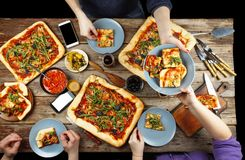 Domowej roboty pizza je w okręgu przyjaciele Zdjęcia Stock
