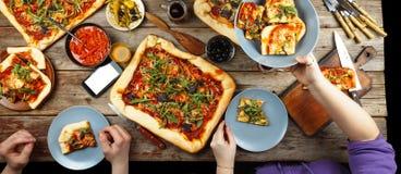 Domowej roboty pizza je w okręgu przyjaciele Zdjęcie Royalty Free