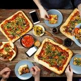 Domowej roboty pizza je w okręgu przyjaciele Obrazy Royalty Free