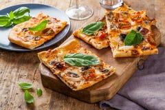 Domowej roboty pizza plasterki zdjęcia royalty free