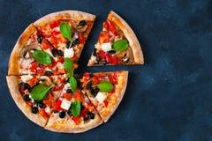 Domowej roboty pizza z pomidorami, mozzarellą i basilem, Odgórnego widoku dowcip Zdjęcia Royalty Free