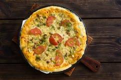 Domowej roboty pizza z serem i warzywami na drewnianym tle Obrazy Stock