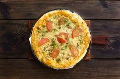 Domowej roboty pizza z serem i warzywami na drewnianym tle Zdjęcia Royalty Free