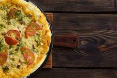 Domowej roboty pizza z serem i warzywami na drewnianym tle Obraz Royalty Free