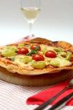 Domowej roboty pizza z serem, salami, pomidor obraz royalty free