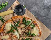Domowej roboty pizza z tuńczykiem, mozzarella serem, parmesan i rucola, Obrazy Royalty Free