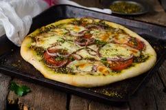 Domowej roboty pizza z zaatar, pomidorami, cebulą i serem na drewnianym tle, kuchnia wschodnia Selekcyjna ostrość obrazy royalty free
