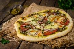 Domowej roboty pizza z zaatar, pomidorami, cebulą i serem na drewnianym tle, kuchnia wschodnia Selekcyjna ostrość obraz royalty free