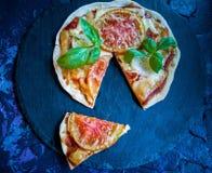 Domowej roboty pizze z jajkiem, pomidor, ser, gotowali baleron zdjęcia stock