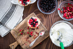 Domowej roboty porzeczkowy tarta kulebiak na drewnianym stole Fotografia Stock