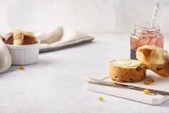 Domowej roboty przecinające babeczki, masło i dżem dla Wielkanocnego śniadania, zdjęcie stock