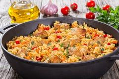 Domowej roboty przygotowany paella z mięsem, pieprzem, warzywami i pikantnością, zdjęcia royalty free