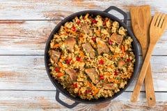 Domowej roboty przygotowany paella z mięsem, pieprzem, warzywami i pikantnością, obrazy royalty free