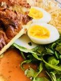 Domowej roboty Quiche, jajka i sera sałatka, zdjęcie royalty free