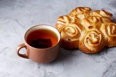 Domowej roboty różany chleb, filiżanka herbata, wysuszony cytrus i spicies na białym textured tle, zakończenie, płytka głębia pol Zdjęcia Royalty Free