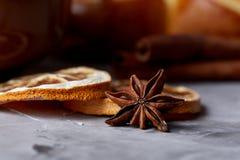 Domowej roboty różany chleb, filiżanka herbata, wysuszony cytrus i spicies na białym textured tle, zakończenie, płytka głębia pol Obrazy Stock