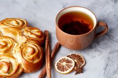 Domowej roboty różany chleb, filiżanka herbata, wysuszony cytrus i spicies na białym textured tle, zakończenie, płytka głębia pol Zdjęcie Stock
