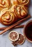 Domowej roboty różany chleb, filiżanka herbata, wysuszony cytrus i spicies na białym textured tle, zakończenie, płytka głębia pol Obrazy Royalty Free