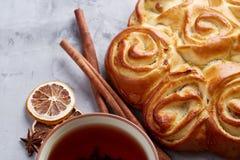 Domowej roboty różany chleb, filiżanka herbata, wysuszony cytrus i spicies na białym textured tle, zakończenie, płytka głębia pol Fotografia Stock