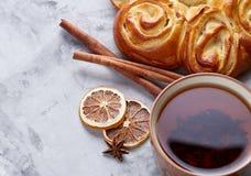Domowej roboty różany chleb, filiżanka herbata, wysuszony cytrus i spicies na białym textured tle, zakończenie, płytka głębia pol Fotografia Royalty Free