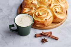 Domowej roboty różany chleb, filiżanka kawy, anyż i cynamon na białym textured tle, zakończenie, płytka głębia pole Zdjęcie Royalty Free