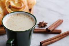 Domowej roboty różany chleb, filiżanka kawy, anyż i cynamon na białym textured tle, zakończenie, płytka głębia pole Zdjęcia Royalty Free