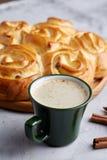 Domowej roboty różany chleb, filiżanka kawy, anyż i cynamon na białym textured tle, zakończenie, płytka głębia pole Obraz Stock