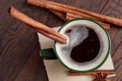 Domowej roboty różany chleb, filiżanka kawy, anyż i cynamon na białym textured tle, zakończenie, płytka głębia pole Obrazy Stock