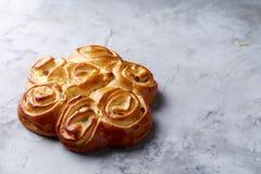Domowej roboty różany chleb na białym textured tle, zakończenie, płytka głębia pole, odgórny widok Obrazy Stock