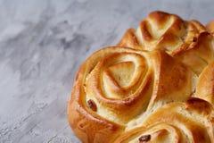 Domowej roboty różany chleb na białym textured tle, zakończenie, płytka głębia pole, odgórny widok Obrazy Royalty Free