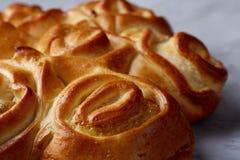 Domowej roboty różany chleb na białym textured tle, zakończenie, płytka głębia pole, odgórny widok Fotografia Stock