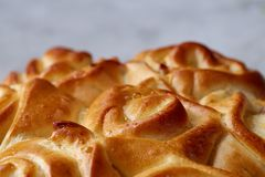 Domowej roboty różany chleb na białym textured tle, zakończenie, płytka głębia pole, odgórny widok Fotografia Royalty Free