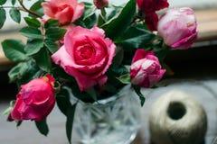 Domowej roboty róże Bukiet w krystalicznej wazie na drewnianym okno Pojęcie wioski życie, ogrodnictwo i environmen spokojny i wyg fotografia stock