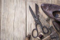 Domowej roboty roczników narzędzia na drewnianym tle Obrazy Stock