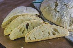 Domowej roboty rolny pszeniczny chleb, lokalizować na bieliźnianym ręcznika i rzemiosła papierze obrazy stock