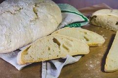 Domowej roboty rolny pszeniczny chleb, lokalizować na bieliźnianym ręcznika i rzemiosła papierze zdjęcia royalty free