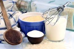 Domowej roboty ryżowy pudding i swój składniki obrazy royalty free