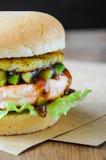 Domowej roboty rybi hamburger z łososiem, avocado i ananasem, z bliska Zdjęcia Royalty Free