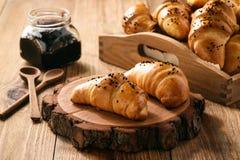 Domowej roboty słodcy babeczek croissants z sera i dżemu plombowaniem Obraz Royalty Free