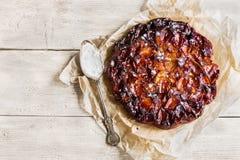 Domowej roboty słodki owocowy tarta tatin na drewnianym tle Robić z jabłkami, glazurującymi karmelem, kropiącym z sproszkowanym c Fotografia Stock